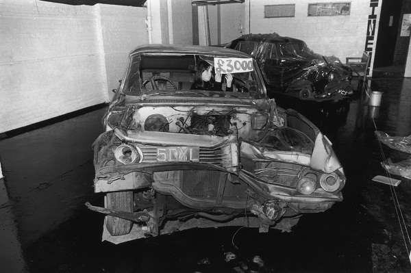 Um Pontiac destruído durante a exposição «The athrocity exhibition» de JG Ballard, Londres,  1970
