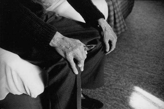 Samuel Beckett no quarto 604 do Hyde Park Hotel, Lndres, 1980. Fotografia de John Minihan.